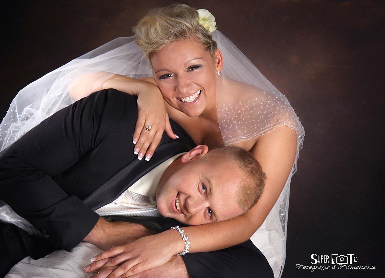Młoda para w uścisku miłości.